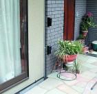 窓へ近づく侵入者を検知する赤外線センサー